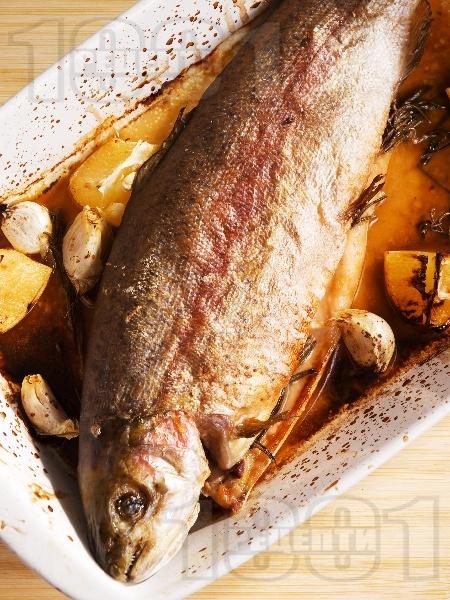 Печена сьомгова пъстърва с чесън на фурна - снимка на рецептата
